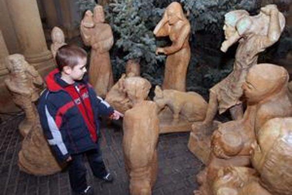 Drevený putujúci betlehem je dielom študentov z gymnázia výtvarných umení z poľského Zakopaného.