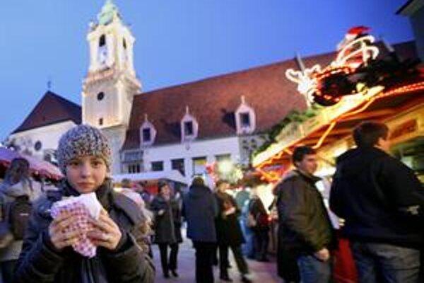 Vianočné trhy navštívia počas adventu tisíce ľudí, kupujú tu drobné ozdobné predmety, knihy, ale najmä horúce nápoje a tradičné špeciality. Tento rok si môžu miesto plastových pohárov kúpiť aj keramický hrnček.