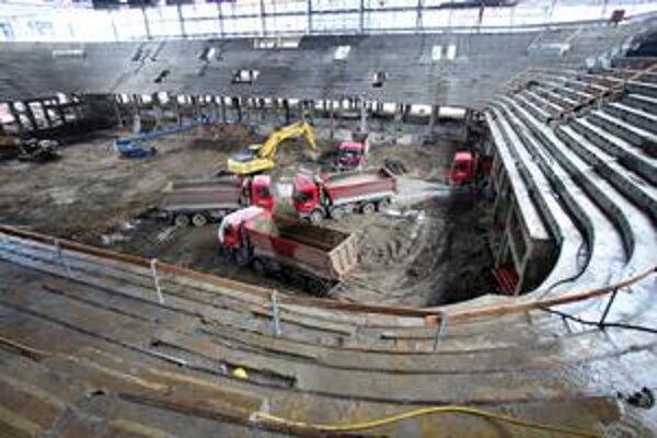 Pôvodný skelet Zimného štadióna O. Nepelu obkolesila oceľová konštrukcia. Onedlho ju majú začať oplášťovať. Vnútri pokračuje odstraňovanie starej ľadovej plochy a robí sa výkop pre novú konštrukciu. Vedľa hlavnej haly vykopali základy pre podzemnú garáž p