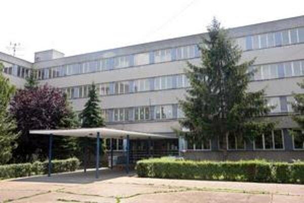 Veľkolepý projekt, ktorý zahŕňal okrem výmeny okien aj zatepľovanie fasád a striech základných škôl, chcel miestny úrad v Ružinove robiť od marca do augusta budúceho roka.