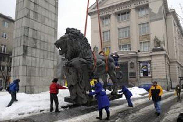 Po odsťahovaní leva vo februári ostal pylón pred múzeom prázdny. Staré Mesto ho plánuje zbúrať ainštalovať sem na piedestál bronzového Masaryka v nadživotnej veľkosti.