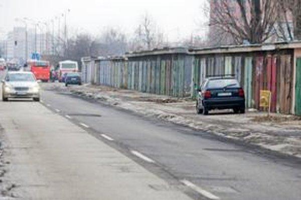 Bez garáží na Kukučínovej obyvatelia sídliska nevedia, kde budú parkovať svoje autá. Miest na ulici je málo, už dnes sú plné.