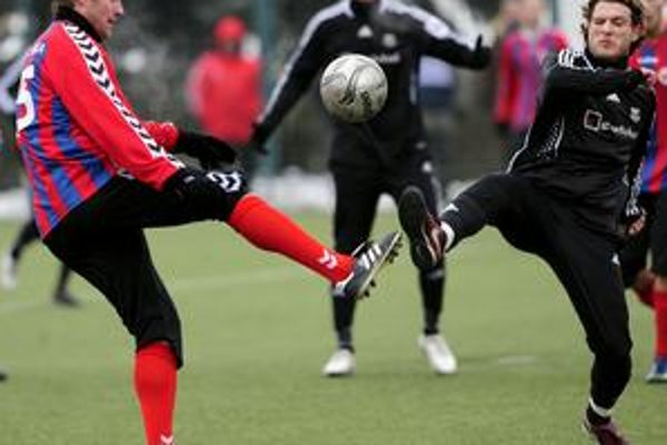 Andrej Burza (vpravo) z MFK Petržalka a Jiří Homola z FK Senica v súboji o loptu v zápase Eskupiny na zimnom futbalovom turnaji Tipsport liga.