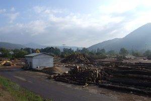 V sklade sa hromadia kopy zvyškov drevnej hmoty. Vietor ich roznáša po okolí.