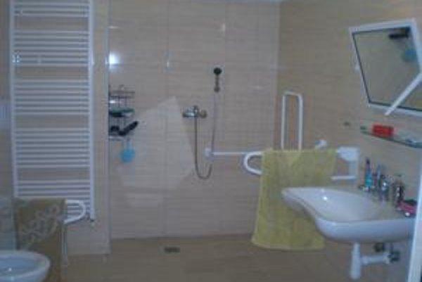 Bezbariérovo zariadená izba s kúpeľňou slúži po novom študentom s postihnutím na internátev Mlynskej doline. Celkovo stála 33-tisíc eur.