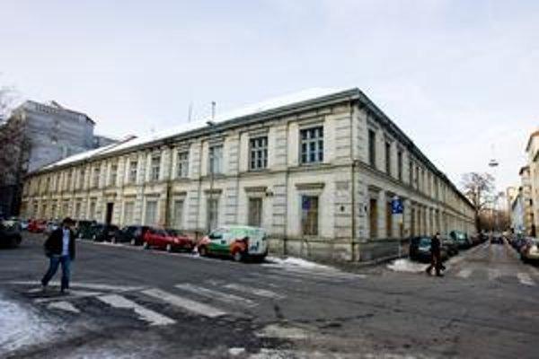 Budova bývalej školy  v centre mesta na lukratívnom pozemku je už štyri roky prázda. Mesto ani mestská časť do nej nechcú investovať. Vyradenie Lazaretskej zo siete škôl schválili staromestskí poslanci v roku 2005.