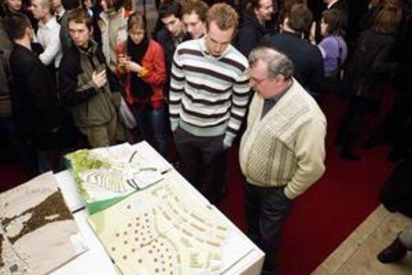 Minulotýždňová vernisáž výstavy študentských prác na tému Bratislavské visuté záhrady. V Primaciálnom paláci má trvať do 5. februára. Ľudia sa k návrhom môžu vyjadriť prostredníctvom knihy postrehov.