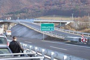 Oddnes je rýchlostná cesta medzi Žarnovicou a Lehôtkou pod Brehmi spojazdnená.