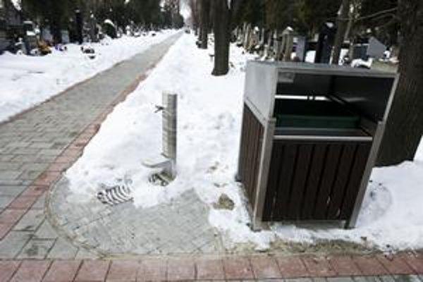 V tomto roku vznikne na námestí v petržalskom cintoríne betónová urnová stena. Cintorín zriadili na začiatku 20. storočia.