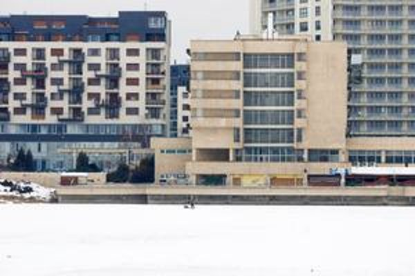 Stavebná komisia Ružinova s výstavbou na Štrkovci nesúhlasí. Obáva sa narušenia výmeny vody v jazere.