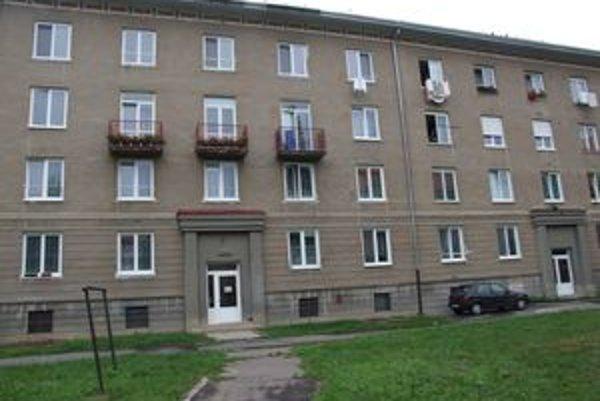 Mladý muž vyskočil z okna štvrtého poschodia tejto bytovky.