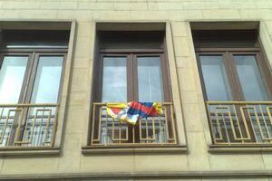 Tibetská vlajka na budove magistrátu.
