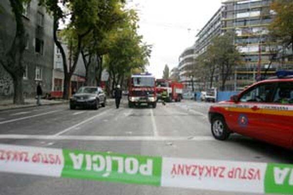 Včera pred deviatou ráno vybuchol v byte na Prievozskej 13 plyn. Príčinou bol podľa hasičov zrejme nahromadený plyn, susedia hovorili o zle opravených gamatkách. Tlaková vlna vyrazila okná, trosky boli až na druhej strane cesty, v byte horelo.