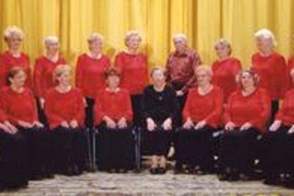 Spevácky zbor v časoch, keď mu dirigovala Mária Halenárová (v strede). Valéria Barcíková sedí na kraji vpravo.
