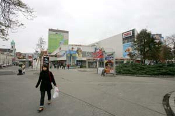 Medzi najviac kritizované miesta v centre patrí Kamenné námestie. Reklamy a stánky, ako aj rozbitá dlažba podľa mesta nezodpovedajú významu tejto lokality. Obyvateľom ani niektorým architektom sa však nepáči ani projekt, podľa ktorého by sa malo celé nám