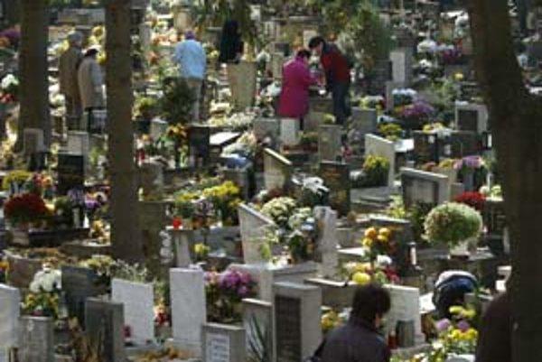 Ľudí, ktorí nemajú peniaze na pohreb ani príbuzných, alebo sú bezdomovci, musí pochovať mestská časť, na ktorej území zomrú. Samosprávy sa to snažia vybaviť za čo najmenej peňazí. Ružinov, Staré Mesto, Nové Mesto či Petržalka takto ročne zaplatia desiatky