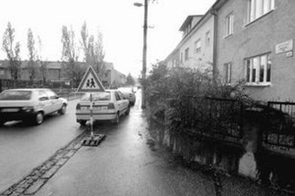 Uličky v okolí Ľudového námestia by mali byť do konca novembra zjednosmernené. Samospráva tak chce riešiť problémy s autami v užších uliciach.