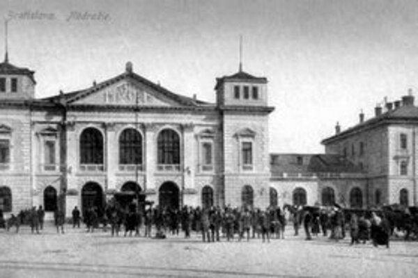 Pred storočím patrila budova hlavnej železničnej stanice k objektom technického pokroku v Prešporku. Postavili ju v roku 1871 podľa projektu Ignáca Feiglera, prestavali ju v roku 1904.