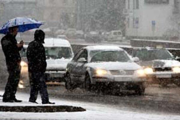 Včerajšiemu prvému snehu sa najmenej potešili vodiči. Popoludní sa z bielej pokrývky stala kašovitá hmota.