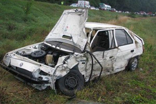 Pasažieri vyviazli zo zdemolovaného auta bez zranení.