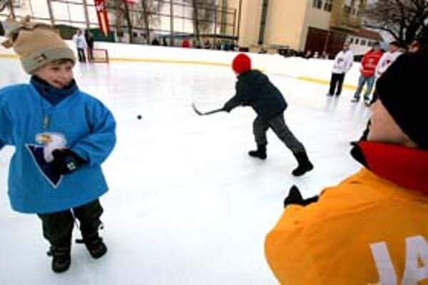Na vonkajších klziskách by sa túto zimu malo dať korčuľovať v Podunajských Biskupiciach, Ružinove, Vajnoroch a pravdepodobne aj v Petržalke. Vajnorské klzisko (na snímke) majú začať stavať už dnes. Korčuliari si však ešte musia počkať na mráz.