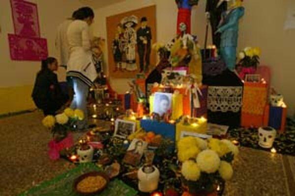 Oltár pre zosnulých Mexičania stavajú v deň osláv ich pamiatky.