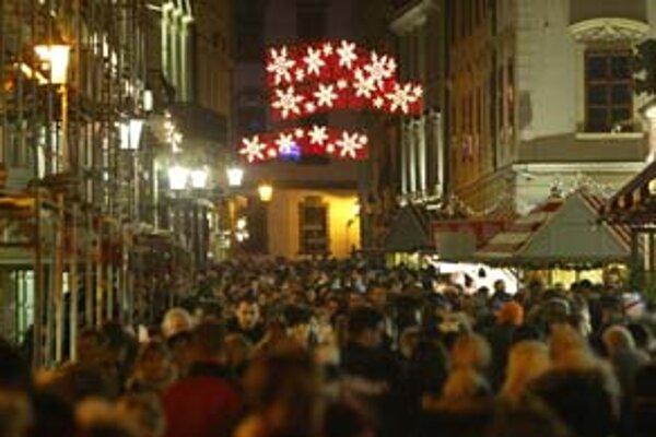 V niektorých uliciach v centre Bratislavy už svieti vianočné osvetlenie. Mesto a viaceré mestské časti však úpnú výzdobu plánujú spustiť až začiatkom decembra. Magistrát vyjde svetelná výzdoba ulíc a stromčeka približne na jeden milión, mestské časti na n