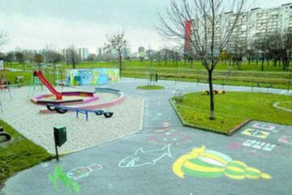 Medzi detské ihriská, ktoré by Petržalka chcela zrevitalizovať v budúcom roku, patrí aj to na Lachovej. O projekte revitalizácie majú dnes rozhodovať miestni poslanci.