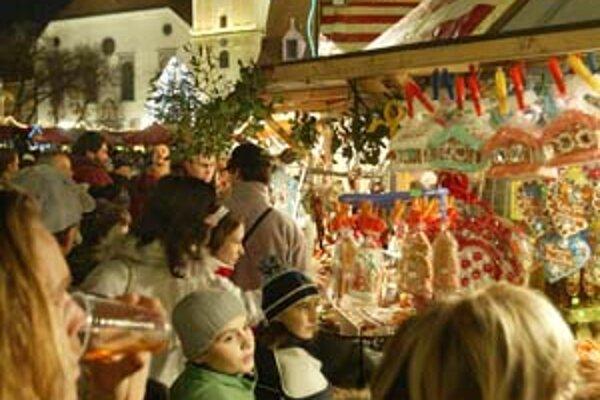 Prvý nával dňa sa začína na Hlavnom a Františkánskom námestí už pred obedom. Ľudia vymenili reštaurácie za tradičné trhové pochúťky, ktoré jedia postojačky.