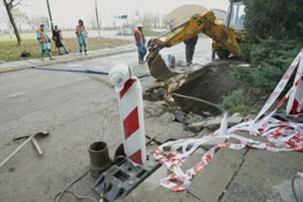K havárii vodovodného potrubia na Slatinskej ulici vo Vrakuni došlo v utorok večer. Voda zaplavila chodník aj cestu. Vodárne pre obyvateľov pristavili cisternu s pitnou vodou, včera mal dodávku vody odstavenú už len jeden bytový dom.