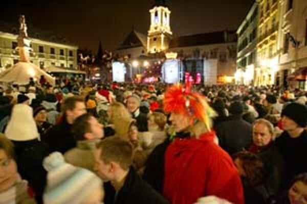 Minulý rok podľa magistrátu oslavovalo Silvestra v uliciach stotisíc ľudí. Tento rok sa odhaduje rovnaký počet. Program na Hlavnom námestí bude uvádzať Yxo zo skupiny Hex a Lasky z Pary.