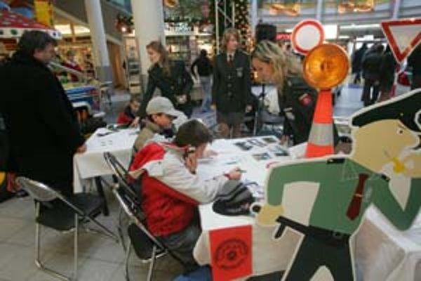 Bratislavskí policajti včera robili v Poluse akciu pre verejnosť. Deti sa tu učili spoznávať dopravné značky, vypĺňali pracovný zošit s informáciami o tom, ako sa správať na ceste či neotvárať dvere bytu cudzím ľuďom. Seniorov policajti upozorňovali na po