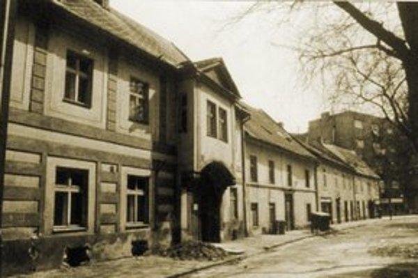 Jedna z malebných ulíc starého Prešporka – Poľovnícky rad, v 18. storočí známy ako Jäger-Zeil. V roku 1945 názov zmenili na Palackého ulicu a pred vchodom do školy pri kláštore Notre Dame umiestnili Palackého bustu od Františka Šalouna.