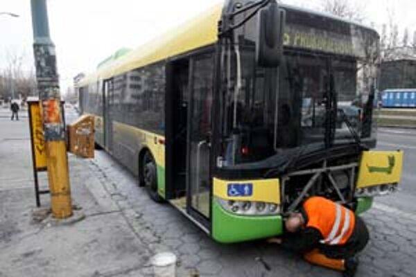 Solaris na linke číslo 96 začal horieť v piatok krátko pred pol treťou popoludní. Príčina požiaru ešte nie je známa, autobus horel v zadnej časti.