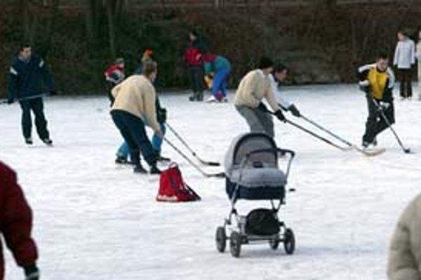 Jedným z obľúbenýchh miest korčuliarov v Bratislave sú zamrznuté rybníky na Železnej studienke.