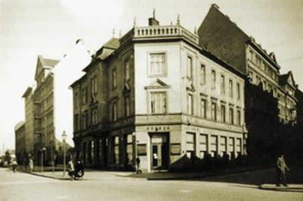 Roh Dunajskej a Preyovej. Kedysi elegantná kaviareň Drobek je teraz obyčajnou samoobsluhou.
