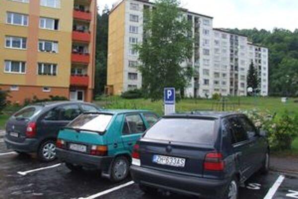 Počet žiadostí o parkovacie miesta stúpa, miesta je však málo.