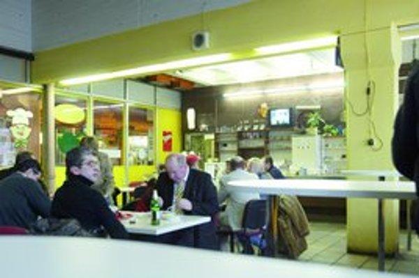 Tradičná jedáleň v tržnici na Trnavskom mýte pripomína podobné podniky spred 20 rokov. Na obed je tu plno, zákazníci si objednávajú držkovú či maďarský guláš. Okrem tradičných receptov ich sem lákajú aj ľudové ceny.