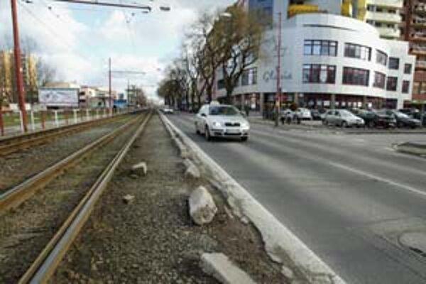 S novou obytnou a administratívnou výstavbou v okolí Záhradníckej ulice sa ukázalo, že ju treba rozšíriť na štvorpruhovú. S prácami sa má začať v máji.