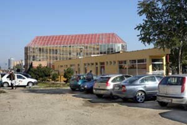 Vedľa tržnice na Trnavskom mýte pribudla novostavba, v ktorej majú byť malé prevádzky. Poslanci teraz schválili predaj pozemku pod ňou majiteľke.