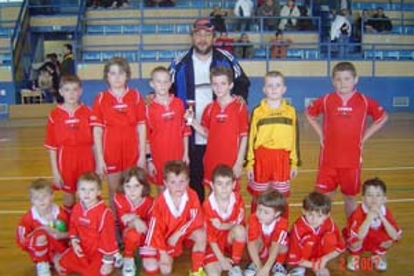 Najmladší žiaci Marianky so svojím trénerom Stanom Ondrušom po zápase s Tatranom Stupava.