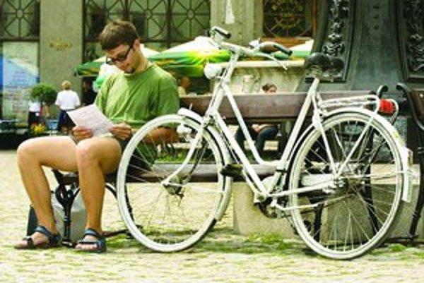 V Starom Meste sa mala myšlienka bezplatného zapožičiavania bicyklov realizovať pod názvom Biely bicykel. Prvý pôvodne patril bývalej zamestnankyni holandského veľvyslanectva.