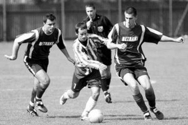 Ružinovčan Matej Timkovič (v strede) sa v súboji s obranou Grinavy presadil, ale pokutový kop nepremenil a jeho tím v zápase 16. kola III. futbalovej ligy uhral len bezgólovú remízu.