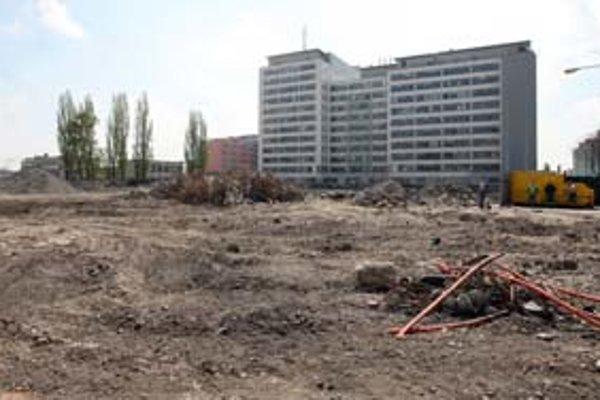 Na Plynárenskej ulici, v obkolesení administratívnych stavieb, sa chystá ďalší stavebný pozemok.
