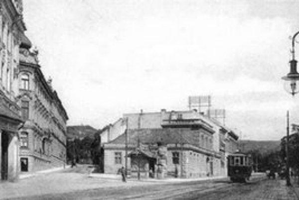 Hotel Dax stál rovno po ceste na Hlavnú stanicu. Kto sa zasedel v príjemnej kaviarni – zmeškal vlak.