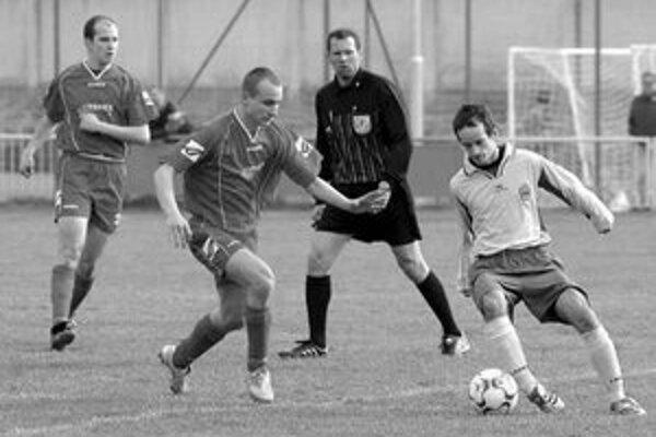 František Jamrich z Trnávky (druhý zľava) sa snaží zastaviť v prieniku Ružinovčana Mateja Timkoviča (s loptou) v zápase 17. kola III. futbalovej ligy Trnávka - FC Ružinov 2:3. Vľavo najlepší jarný strelec Trnávky Rastislav Kazík.