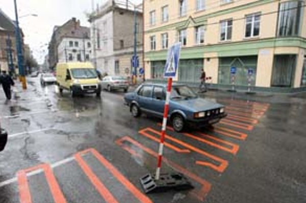 Dočasný priechod pre chodcov na Ulici 29. augusta vodiči ignorujú.