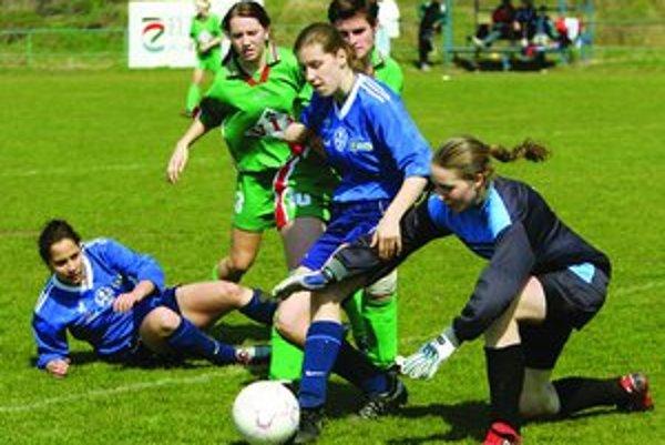 Do futbalového tábora, ktorý sa uskutoční v júli, sa môžu prihlásiť registrované hráčky, ale aj začiatočníčky.