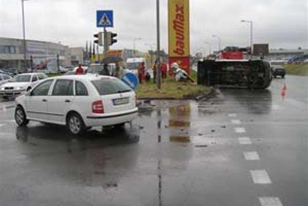 Jednou z účastníčok včerajšej nehody bola pacientka v sanitke, ktorú museli previezť inou sanitkou.