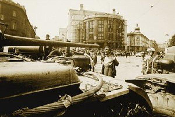 Najznámejšiu Bielikovu fotografiu muža pred tankom po prvý raz uverejnil denník Smena 22. augusta 1968.